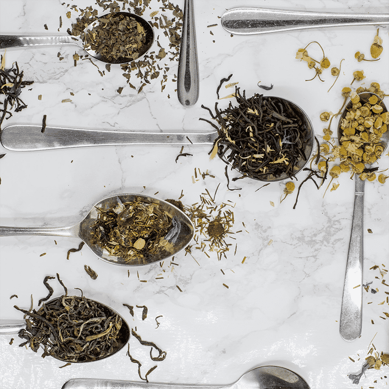Cuillères remplies de thé